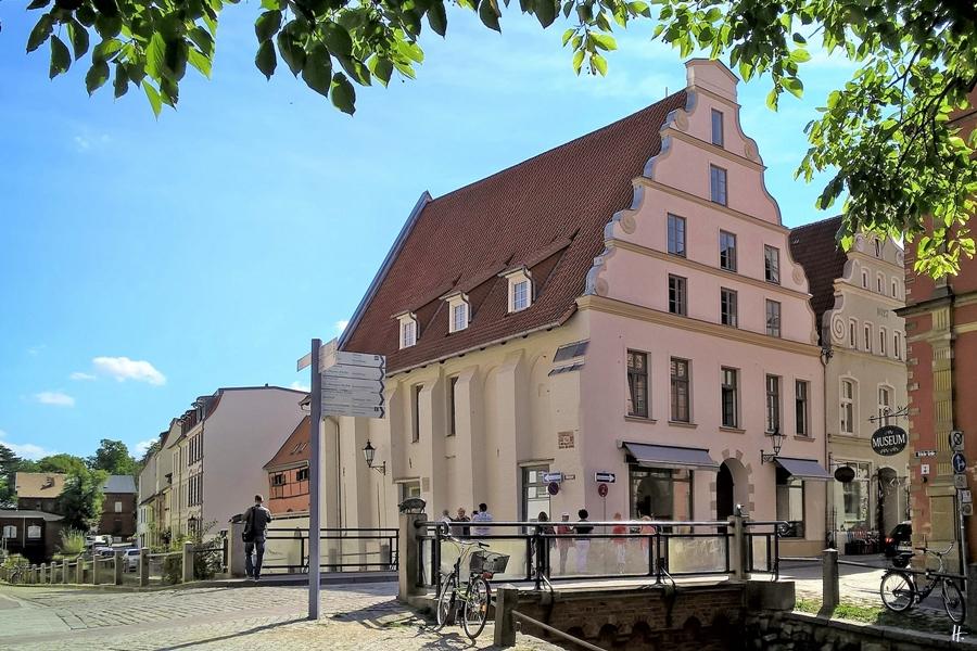 2018-08-18 vormittag WISMAR Schweinsbrücke, Brücke über die Grube + Schweinebrücke-Hausnr. 11 gegenüber d. Schabbellhauses
